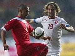 Petr Jiráček bojuje o míč s maltským Briffou.