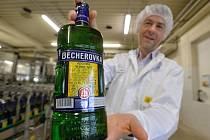Ředitel Vladimír Darebník ukazuje láhev košer Becherovky - original, kterou začala 16. července stáčet karlovarská likérka Jan Becher - Karlovarská Becherovka (JBKB). Certifikovaný likér zamíří zejména do Izraele.
