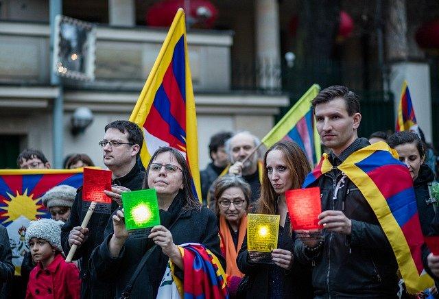 Před čínskou ambasádou v Praze se sešly zhruba dvě stovky lidí na podporu lidských práv v Tibetu.