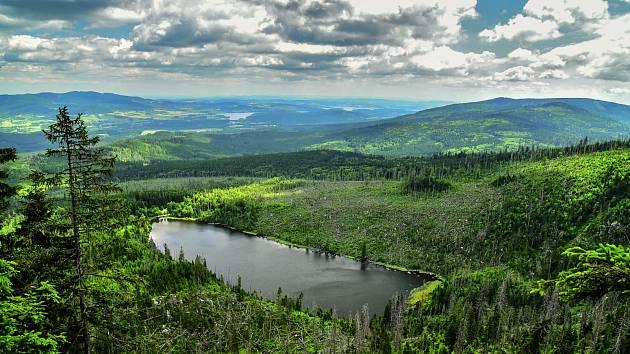 Pohled z Plechého na Plešné jezero.