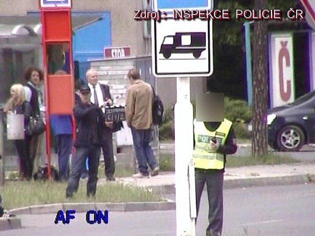 Inspektorům Policie ČR se podařilo rozkrýt celý systém organizované skupiny policistů, kteří se nechávali nelegálně najímat na práci firmou, zajištující různé činnosti pro filmový průmysl.