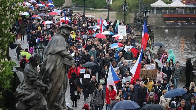 Do ulic Prahy vyšly tisíce lidí, aby protestovaly za nezávislost justice.