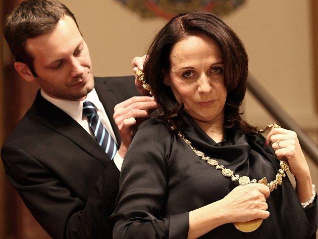 Adriana Krnáčová se 26. listopadu 2014 stala historicky první primátorkou Prahy. Na snímku přebírá primátorský řetěz.