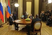 Ruský prezident Vladimir Putin dnes vyzval v Soči své protějšky z Arménie a Ázerbájdžánu, aby místo bojů začali jednat o situaci v Náhorním Karabachu, a pokusili se tak předejít novému konfliktu.
