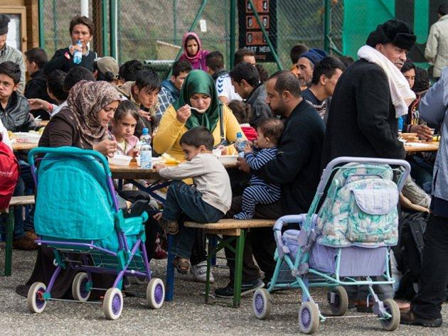 Rakouskem během září prošlo zhruba 200.000 uprchlíků a téměř 10.000 jich v zemi požádalo o azyl.