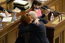 Jaroslav Faltýnek (ANO) gratuluje ministryni financí Aleně Schillerové (za ANO) ke schválení rozpočtu.