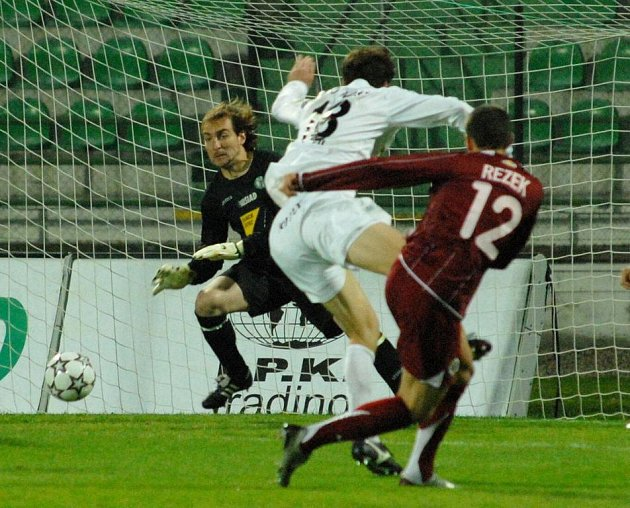 Jan Rezek (č. 12) střílí třetí gól do mostecké sítě.