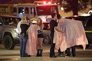 Vyděšení lidé po střelbě v kalifornském baru.