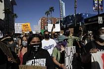 Demonstrace v Hollywoodu v Los Angeles proti rasismu a policejní brutalitě, které spustila smrt černocha George Floyda při zatýkání v Minneapolisu.