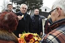 Prezident Miloš Zeman (druhý zleva) se 28. ledna v Hodoníně zúčastnil tradiční zabijačky na Slováckém statku exministra zemědělství v Zemanově vládě Jana Fencla (vpravo). Vlevo zády je jeho manželka Jana Fenclová.
