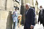 Německý prezident Frank-Walter Steinmeier (uprostřed) 26. srpna 2021 u krypty pravoslavného kostela v Resslově ulici v Praze uctil památku československých výsadkářů, kteří padli v boji s nacisty po atentátu na zastupujícího říšského protektora Reinharda