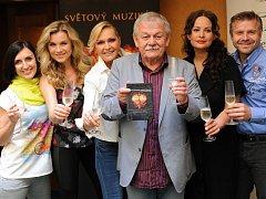 Zleva Radka Fišarová, Leona Machálková, Helena Vondráčková, kmotr Karel Šíp, Jitka Čvančarová a Zbyněk Fric.
