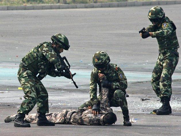 V okrajové části Pekingu se v úterý uskutečnilo cvičení, během kterého čínské bezpečnostní útvary trénovaly postup při záchraně rukojmích.