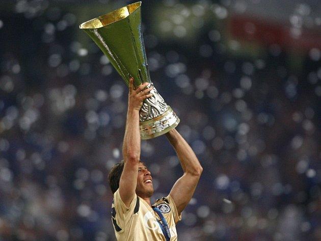 Český fotbalista Radek Šírl s trofejí pro vítěze Poháru UEFA.