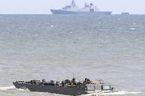 Vojenský stroj se potopil asi 150 metrů od pláže v severopolském městě Ustka. V době nehody se vracel na transportní loď. Ilustrační foto.