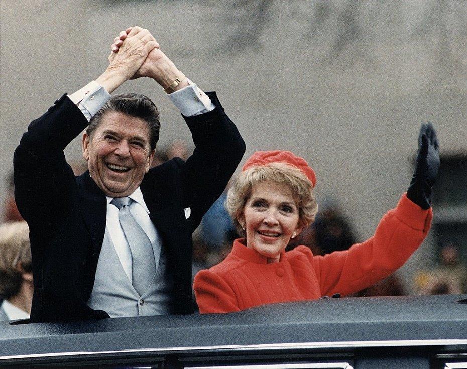 1981, Ronald Reagan. Tradiční součástí inaugurace byla i jízda v otevřeném vozidle před špalíry Američanů. Na snímku je prezidentský pár Ronald a Nancy Reaganovi