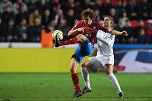 Zleva Alex Král z ČR a Jordan Henderson z Anglie.