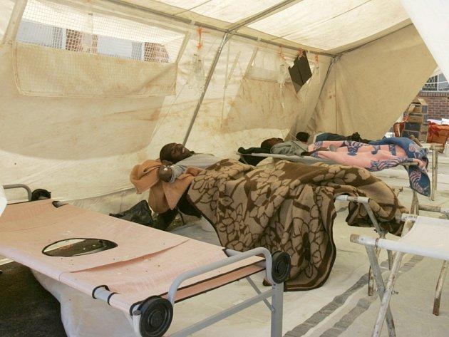 6 Pacienti trpící cholerou leží ve stanu na klinice v Harare.