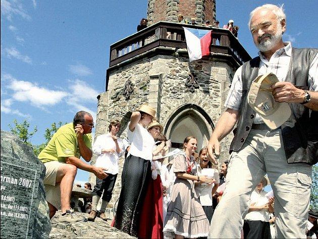 Na mnoha místech naší země, ale i za hranicemi, dnes existují ulice Járy Cimrmana či pamětní kameny, jejichž odhalení se účastní duchovní otec Járy Da Cimrmana Jan Svěrák.