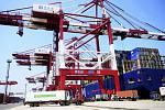 Čínská nákladní kontejnerová loď v přístavu