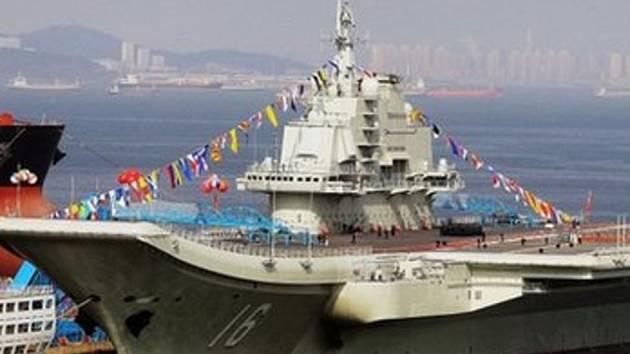 Čína oficiálně zařadila do služby armády svou první letadlovou loď