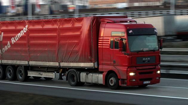 Podle návrhu rakouských autodopravců by si majitelé nákladních aut měli pořizovat na zvláštní burze povolenky k průjezdu horskými průsmyky.