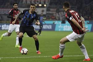 Fotbalista Interu Milán Matias Vecino, center (uprostřed) v derby italské ligy na hřišti AC Milán