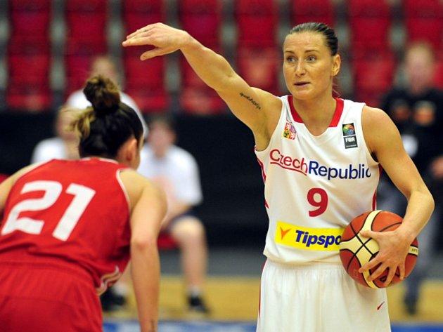 Basketbalistka Kateřina Bartoňová (vpravo) proti Turecku.