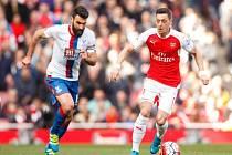 Mesut Özil z Arsenalu (vpravo) proti Crystal Palace.