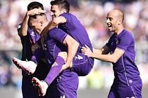 Fotbalisté Fiorentiny se radují z gólu proti Frosinone.