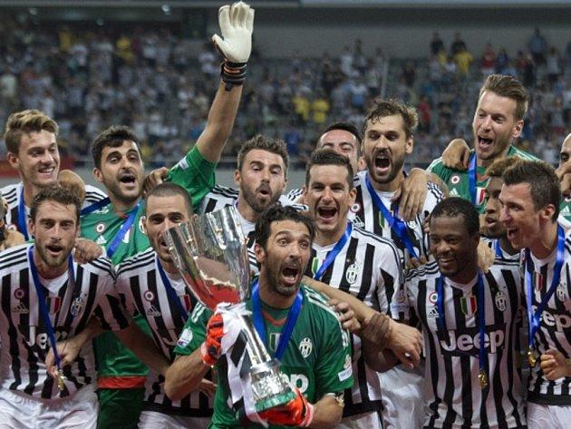 Brankář Juventusu Gianluigi Buffon s trofejí pro vítěze italského Superpoháru.