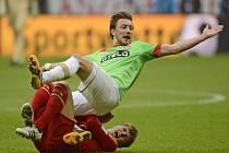Adam Bodžek z Düsseldorfu (vpravo) padá na Toniho Kroose z Bayernu Mnichov.