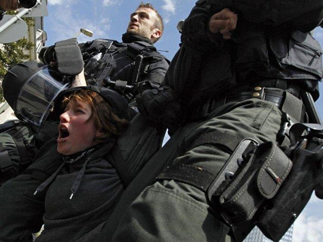 Německá policie dnes zadržela asi 400 demonstrantů, kteří se vydali na neohlášený pochod Frankfurtem nad Mohanem.