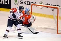 Brankář Pardubic Robert Kristan inkasuje gól z hole Broca Littlea z Linköpingu.