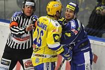 Petr Čajánek ze Zlína (ve žlutém) a Antonín Honejsek z Brna si vyřizují účty.
