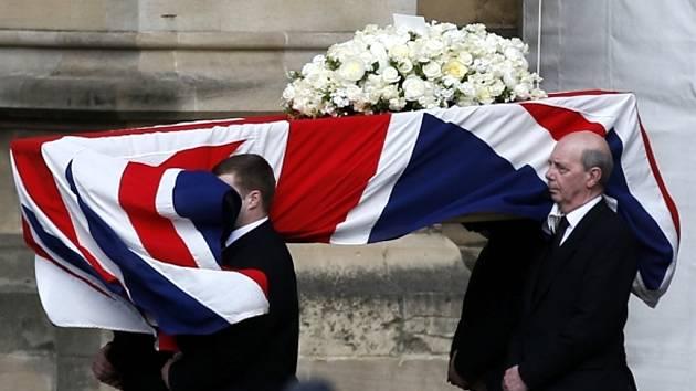 Do britské vlajky zahalená rakev s ostatky bývalé premiérky Margaret Thatcherové.