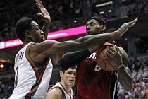 LeBron James z Miami (vpravo) se snaží překonat bránícího Larryho Sanderse z Milwaukee.