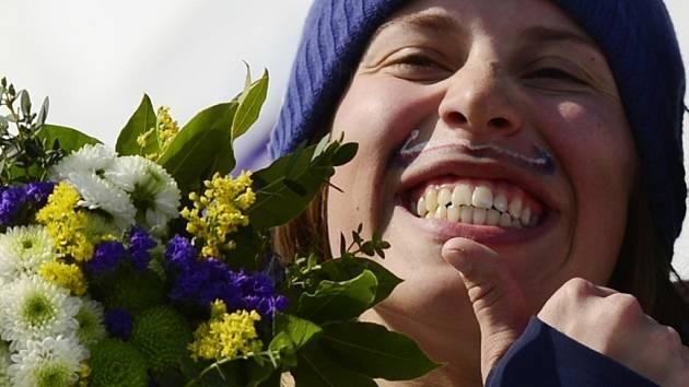 Český knírek přinesl štěstí. Eva Samková se stala olympijskou vítězkou ve snowboardcrossu.