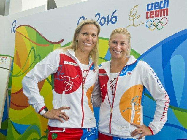 Tenistky Lucie Hradecká (vlevo) a Andrea Hlaváčková obhajují na olympiádě v Riu stříbrné medaile.