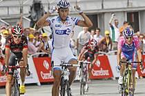 Sandy Casar (uprostřed) se raduje z vítězství v nejtěžší alpské etapě Tour de France.