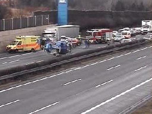 Dálnici D1 u Průhonic nedaleko Prahy zablokovala 23. ledna ráno vážná nehoda osobního a nákladního auta. Vyžádala si jeden lidský život a jedno zranění.