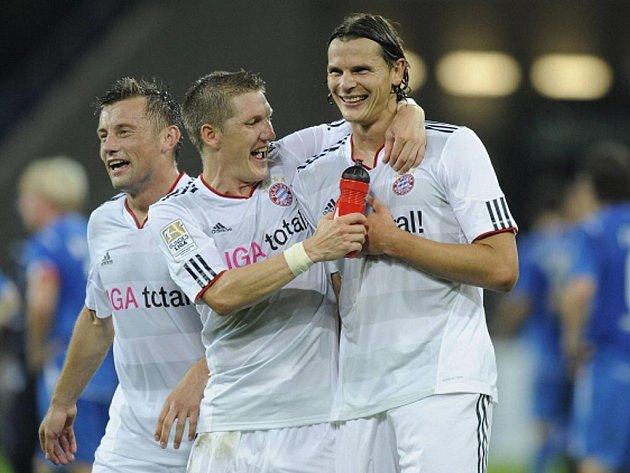 Bastian Schweinsteiger (uprostřed) z Bayernu Mnichov gratuluje Danielu van Buytenovi (vpravo) ke gólu proti Hoffenheimu.