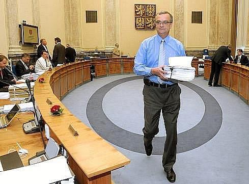 Vláda schválila základní podobu rozpočtu na příští rok s deficitem 105 miliard. DPH příští rok by měla být ve dvou sazbách 20 a 14 procent, další rok 17,5 procenta.