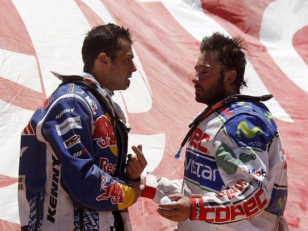 Francouzský motocyklový závodník Cyril Després (vlevo) mluví s Francisco Lopezem z Chile.