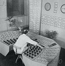 Elektrárna Hodonín - tepelný velín (cca 1960). Jak je vidět, dříve to šlo i bez počítačů :-) Zajímavostí je, že operátotoři tehdy i v uhelné elektrárně pracovali v bílých pláštích.