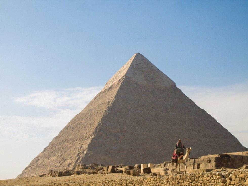Jeden ze sedmi divů světa pyramidy v Gíze.