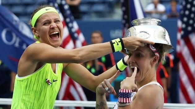 Lucie Šafářová s Bethanií Mattekovou-Sandsovou po letošním triumfu na US Open