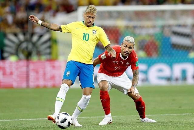 Švýcar Valon Behrami v souboji s Neymarem