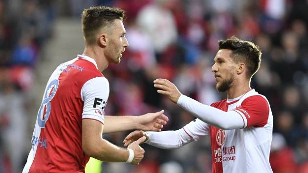 Fotbalisté Slavie  Jaromír Zmrhal (vlevo) a Alexandru Baluta se radují z gólu.