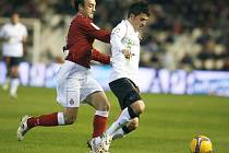 Kanonýr Valencie David Villa uniká Jose Mariu Lacruzovi z Espaňolu Barcelona.